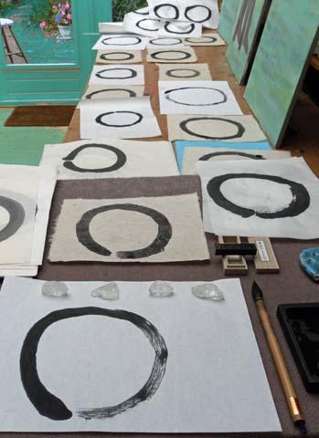 """De cirkel (Enso) is het symbool van verlichting, kracht, het universum, het """"alles"""", de leegte. Het schilderen van de enso is een veel toegepaste meditatie oefening. Het minimalisme ervan is niet recht evenredig met de moeilijkheidsgraad. Het is een expressie van het moment, het """"nu"""". Bij het schilderen van de cirkel dient de geest vrij te zijn van (andere) gedachten en de hand eenvoudigweg de expressieve beweging van het moment te laten maken."""