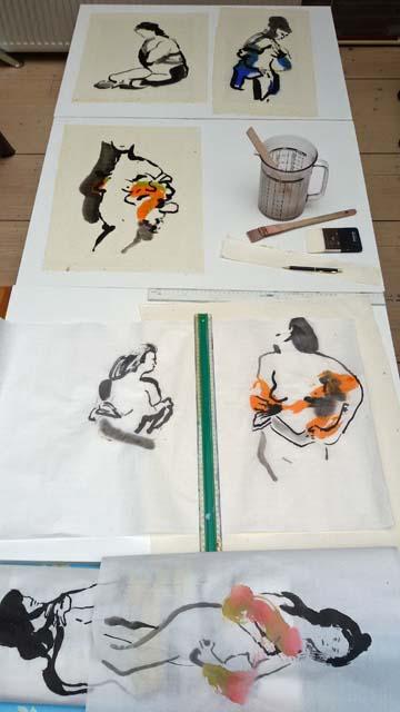 Na een fantastische workshop sumi-e model schilderen bij Marie-josé Leenders is het tijd om de schilderingen te plakken op Oosters papier.